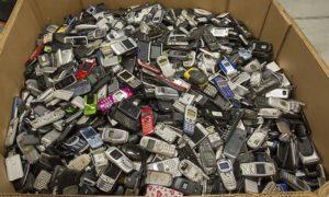Коробка со старыми тедефонами